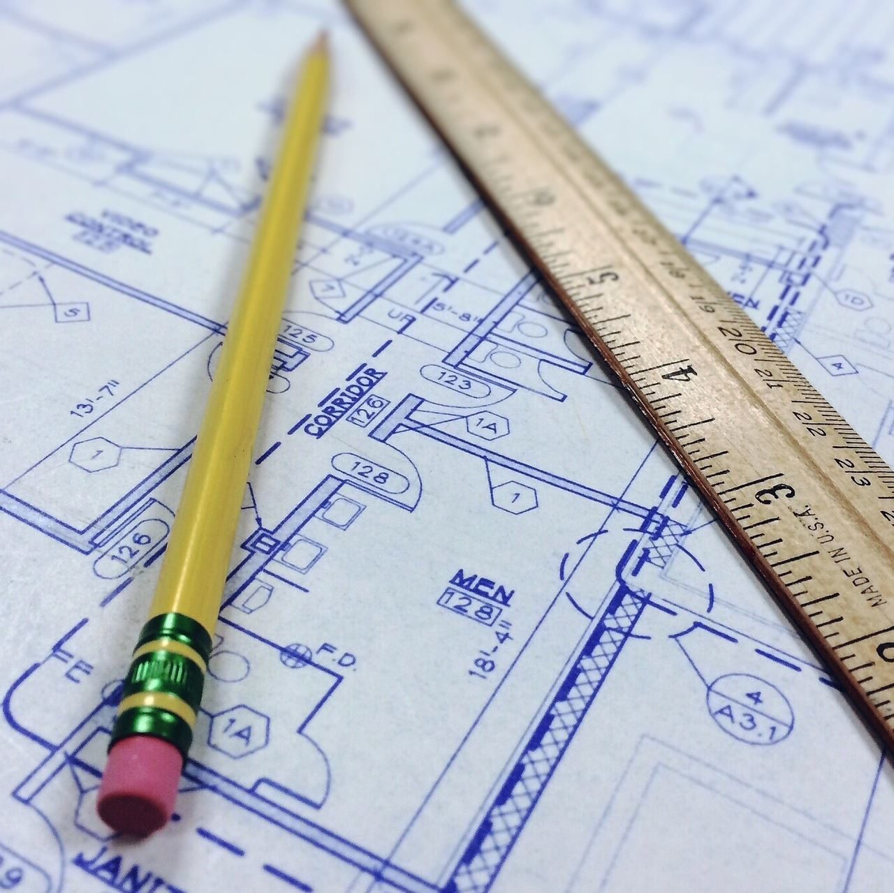 Bauplätze und Grundstücke